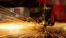金属板激光剪切与火花的 免版税库存图片