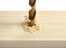 Сверля отверстие в древесине Стоковые Фото