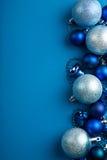蓝色圣诞节球边界 免版税库存照片
