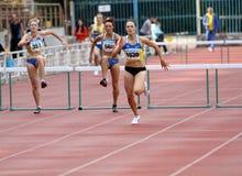 跨栏赛跑的妇女 免版税库存图片