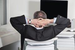 倾斜在办公室的经理 库存照片