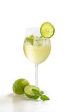 Питье с известкой и мятой в стекле вина Стоковая Фотография