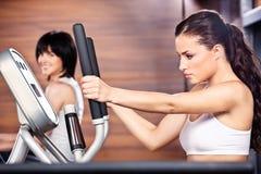 妇女在体操中心 免版税图库摄影