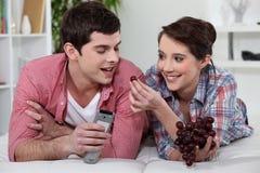 吃葡萄的夫妇 库存照片