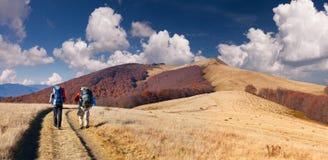 旅行在山的二个人 库存图片