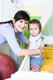 有小孩的妇女 免版税库存照片