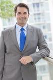Успешный бизнесмен в костюме на крыше Стоковое Изображение