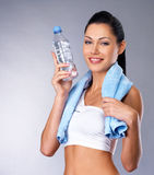 有瓶的微笑的健康妇女水 库存照片