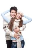 在冬天衣物拥抱的新微笑的夫妇 库存图片