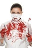 有解剖刀和镊子的女性外科医生 免版税库存图片