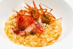 乳脂状的意大利煨饭米盘用红色大虾。 免版税库存照片