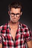 恼怒的偶然年轻人佩带的玻璃 免版税库存图片