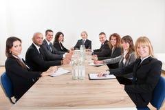 Портрет серьезные бизнесмены и женщины Стоковые Изображения
