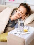 病的妇女。 流感 免版税库存照片