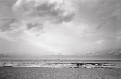 在海滩的夫妇。 免版税图库摄影