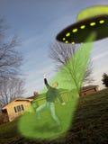 在移动移动电话照相机的飞碟外籍绑架 免版税图库摄影