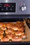 从新的烤箱的桂香小圆面包 免版税图库摄影