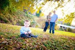 外面逗人喜爱的男婴与他的父项 免版税库存照片