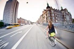 哥本哈根:俏丽的女孩骑马自行车 图库摄影