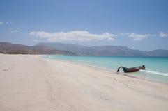 与渔船的离开的海滩。 索科特拉岛 免版税库存图片