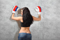 拳击手套的女孩,事宜倾斜围住 库存图片