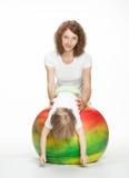 执行体育运动的愉快的母亲执行与小女儿 免版税库存照片
