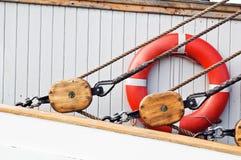 古老木风船滑轮和绳索 免版税图库摄影