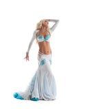 在东方服装的性感的白肤金发的妇女舞蹈 免版税图库摄影
