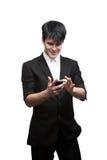 Ευτυχής χαμογελώντας επιχειρηματίας που χρησιμοποιεί το τηλέφωνο κυττάρων Στοκ Φωτογραφία