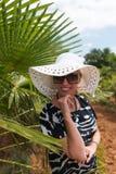 热带旅行手段的白肤金发的妇女 库存图片