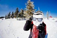 在冬天山的滑稽的少妇纵向 图库摄影