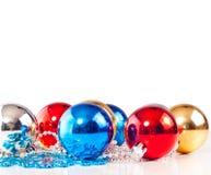 与五颜六色的装饰球的新年度背景 免版税库存照片