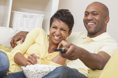 Телевидение пар афроамериканца наблюдая Стоковое Изображение RF