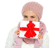 Ευτυχές κρύψιμο γυναικών πίσω από το κιβώτιο χριστουγεννιάτικου δώρου Στοκ Εικόνα