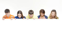 Μια ομάδα εφήβων που κρατούν ένα άσπρο έμβλημα Στοκ εικόνα με δικαίωμα ελεύθερης χρήσης