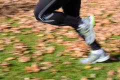 Τρέχοντας πόδια θαμπάδων κινήσεων Στοκ Εικόνα