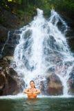 思考在美丽的瀑布的妇女 免版税库存图片