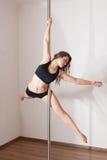 Танцы полюса молодой женщины Стоковое Изображение RF