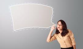 打手势与演讲泡影复制空间的妇女 免版税库存图片