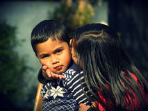 Сестра целуя ее брата Стоковое фото RF