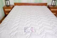 河床床垫。 卧室内部 免版税库存图片
