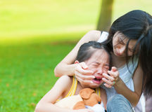 哭泣的小亚裔女孩 免版税库存图片