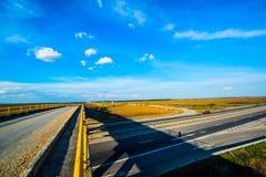 在一条空的高速公路的视图之上 免版税库存照片