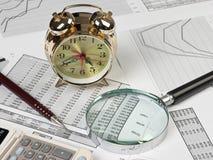 金时钟和办公用品 免版税库存照片