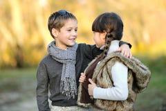 小男孩和女孩纵向  库存照片