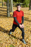 Человек спорта нагревая и протягивая Стоковое Фото