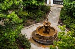 喷泉在殖民地庭院里 免版税图库摄影