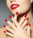 Женщина с ногтями способа красными и чувственный губами Стоковые Изображения RF