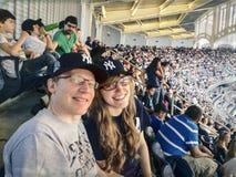 棒球比赛的父亲和女儿 免版税库存照片