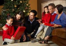 Πολυ οικογενειακά ανοίγοντας χριστουγεννιάτικα δώρα παραγωγής Στοκ φωτογραφία με δικαίωμα ελεύθερης χρήσης